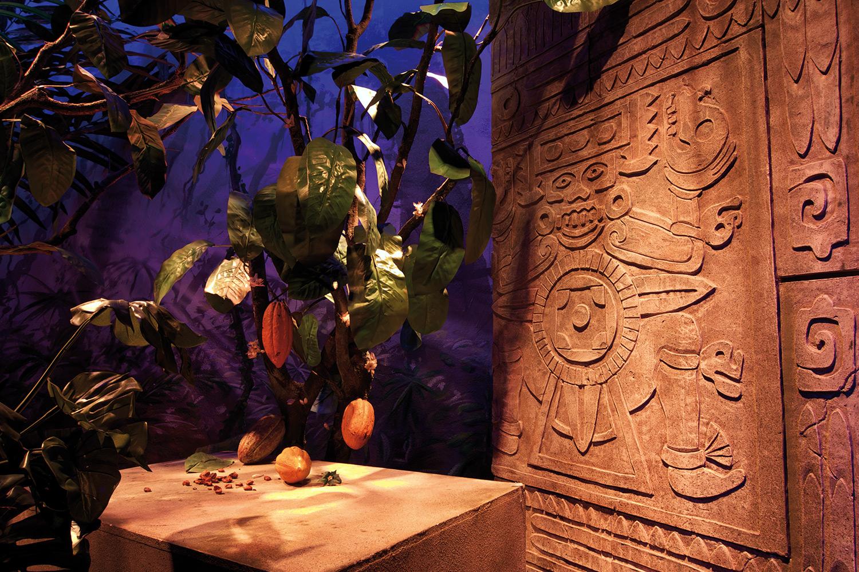 """Im Fünfminutentakt begeben sich die Besuchergruppen auf eine Reise durch die Jahrhunderte der Schokoladengeschichte. Die mittels immersiver Szenografie erzählte, begehbare Geschichte """"Es war einmal Cailler"""" startet im Aztekentempel."""