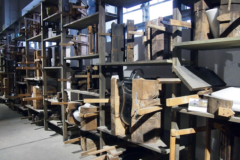 In den Produktionsräumen geht es vorbei an den imposanten Holzformen ...
