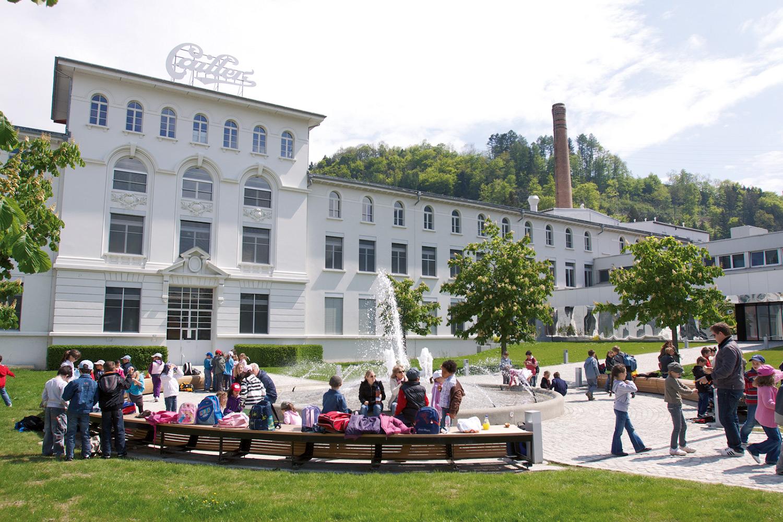 Seit 1898 steht die Schokoladenfabrik von Cailler im Herzen des Greyerzerlands. Neben Forschungs-, Entwicklungs- und Produktionsstätte ist sie heute zudem eine beliebte Tourismusattraktion.