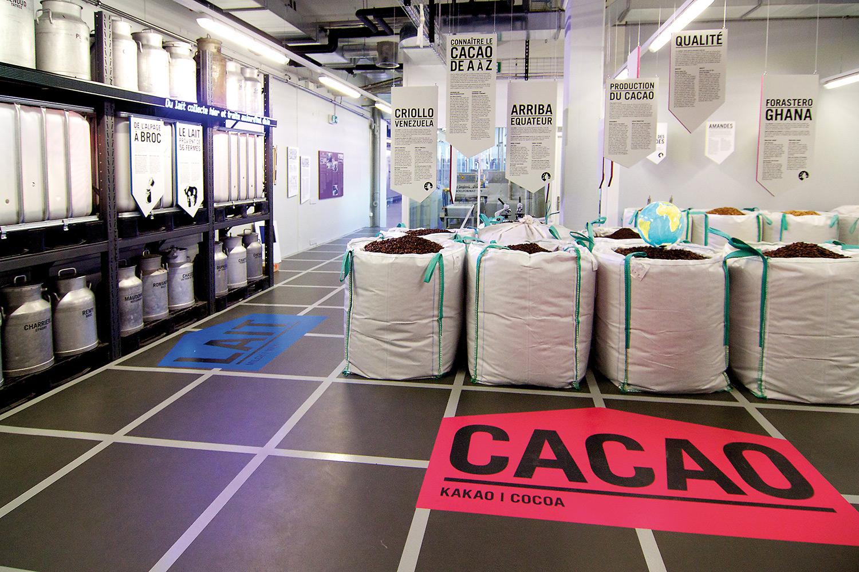 """Nach der """"Cailler-Show"""" geht der Rundgang weiter durch die """"Production"""":  im Rohstofflager erfahren die Besucher alles Wissenswertes über die Zutaten, um im Anschluss die Arbeit einer Schokoladenmaschine hautnah miterleben zu können."""