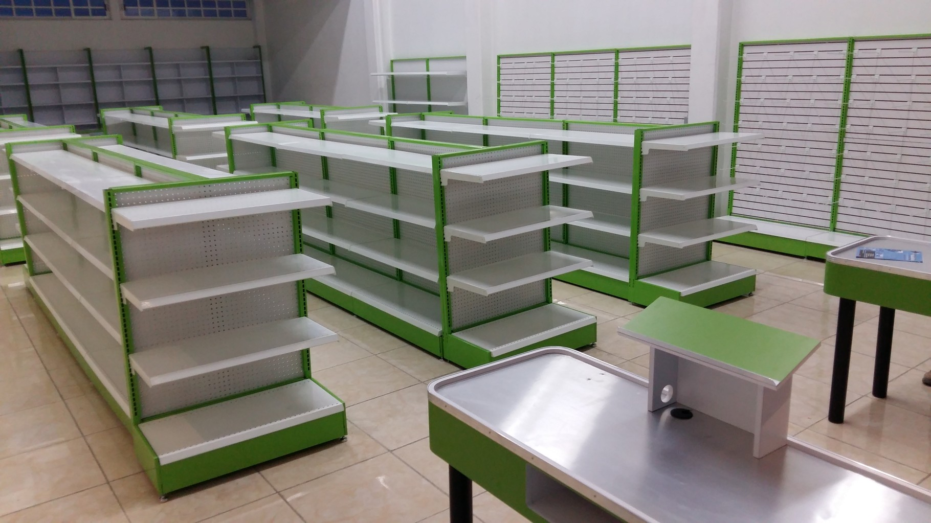 Estanter as met licas estantes de madera mostradores for Diseno de muebles para licores