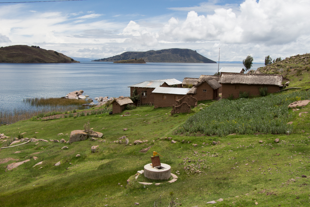 The house is at the border of Lake Titicaca , opposite the island of Amantani. The path is not suited to large suitcases : it is best to travel with a backpack