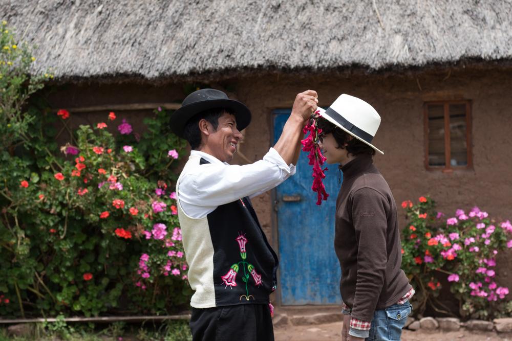 En offrant un collier de fleurs du pays, on participe à la joie de rencontrer la nature et ses amis