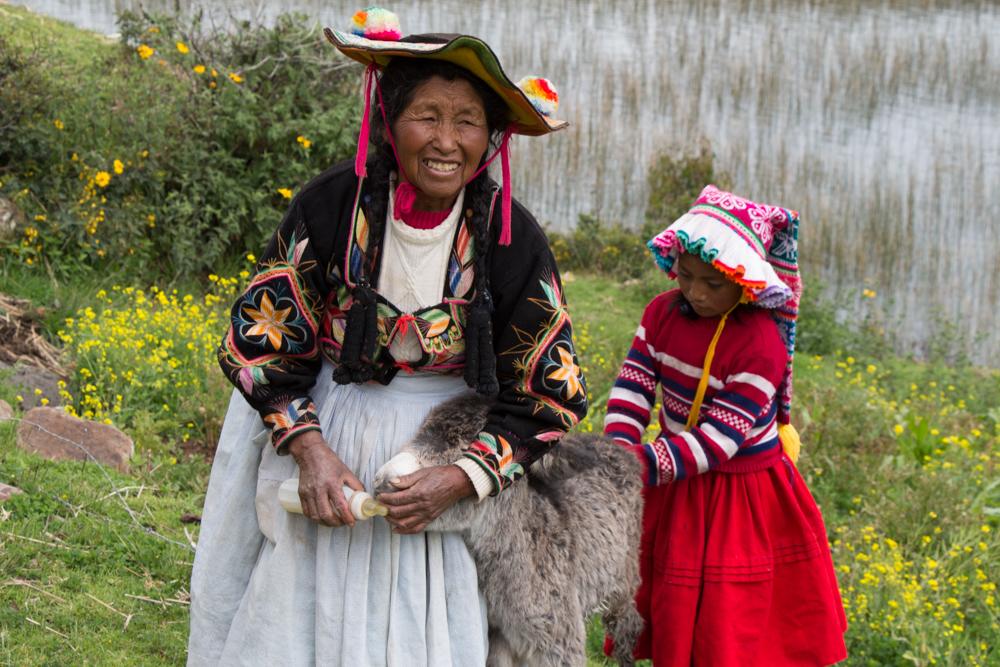 Les couleurs des fleurs à travers les vêtements féminins.