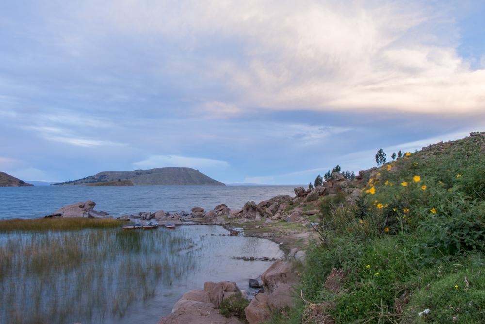 Naviguer sur le lac Titicaca et sentir la beauté du panorama de la péninsule