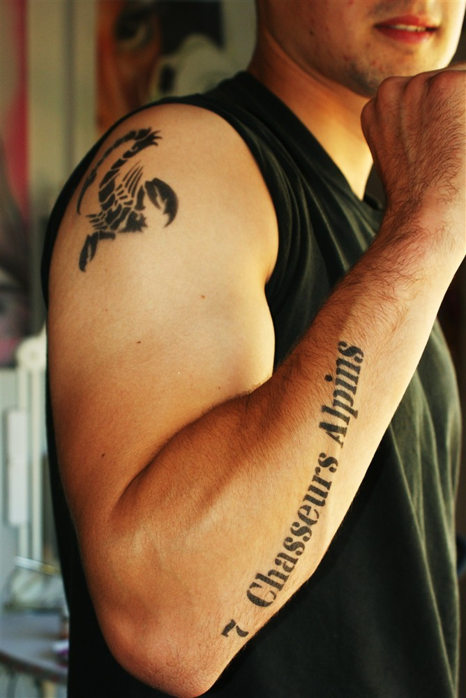 Tatouage éphémère noir.
