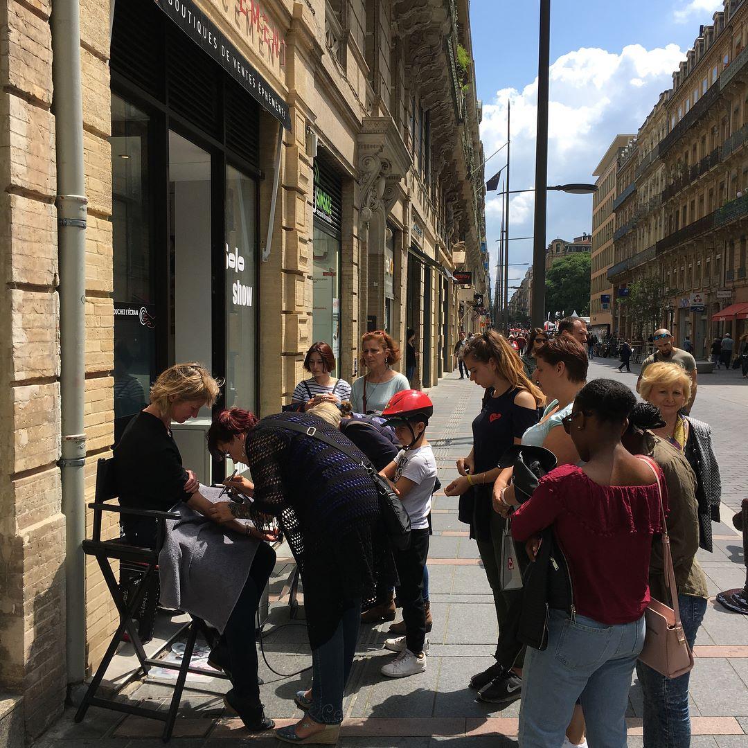 Animation plein centre Toulouse à l'emplacement boutique éphémère pendant la semaine de Willam Raynaud Artiste