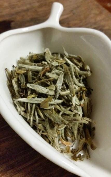 銀針茉莉 茶葉・・・産毛付きの芽や葉。細かい茶葉やジャスミン花のかけらも
