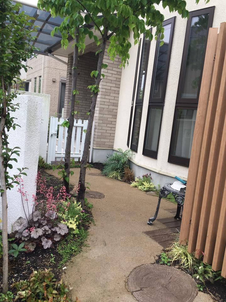 お庭のかわいい小道