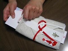 1 薄紙の袋の中に中包をさしこみます。中包の上下を間違えないでください。