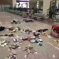 4月8日の上海浦東空港の到着ロビー。「税金払うなら捨てて帰る」と放置された日本土産。