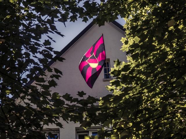 Die Fahne der Freiburger Burschenschaft Teutonia am Giebel des Teutonenhauses