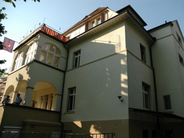 """Im Erdgeschoss sieht man die Gartenterrasse, darüber die Veranda des Studierbereichs und darüber der Balkon unseres Studentenzimmers """"Adolf Steinhofer"""""""
