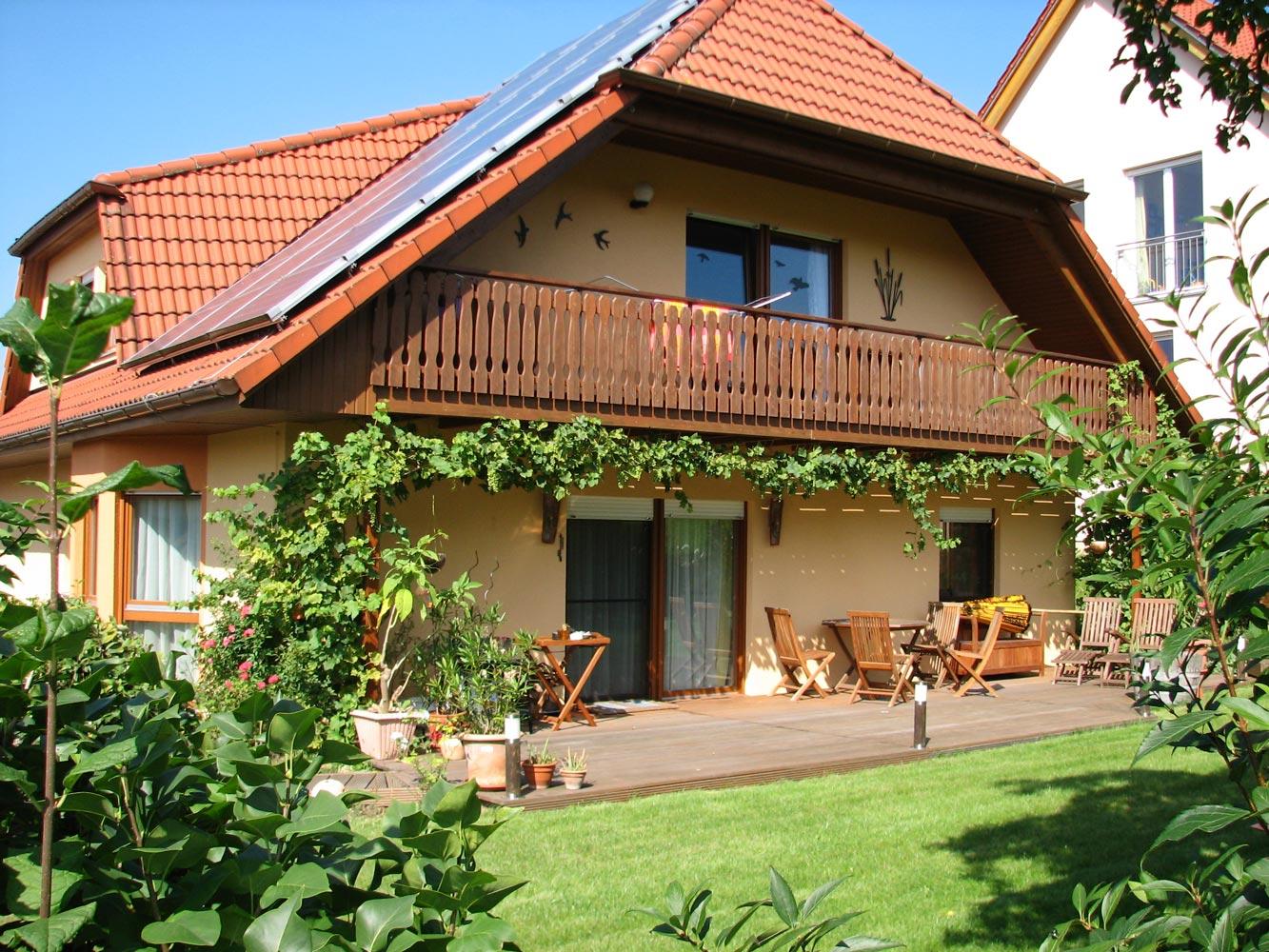 Hausansicht Garten - FeWo im Dachgeschoss