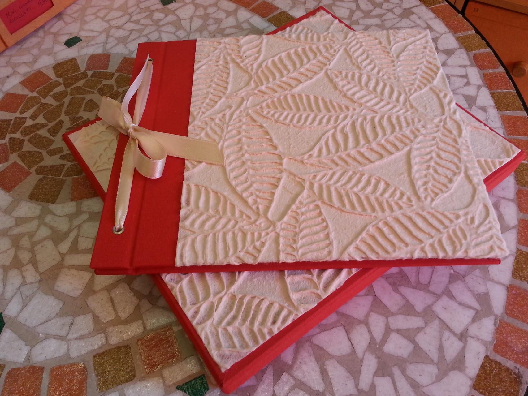 Libro firme in carta di cotone con disegni a rilievo e tela rossa