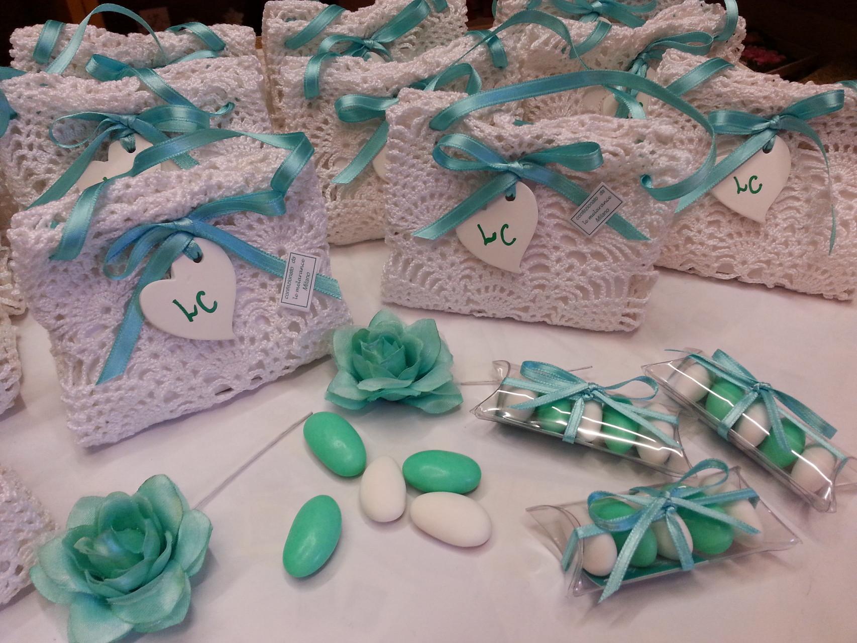 L'insieme delle borsine abbellite da un cuore in gesso con le iniziali degli sposi scritte a mano