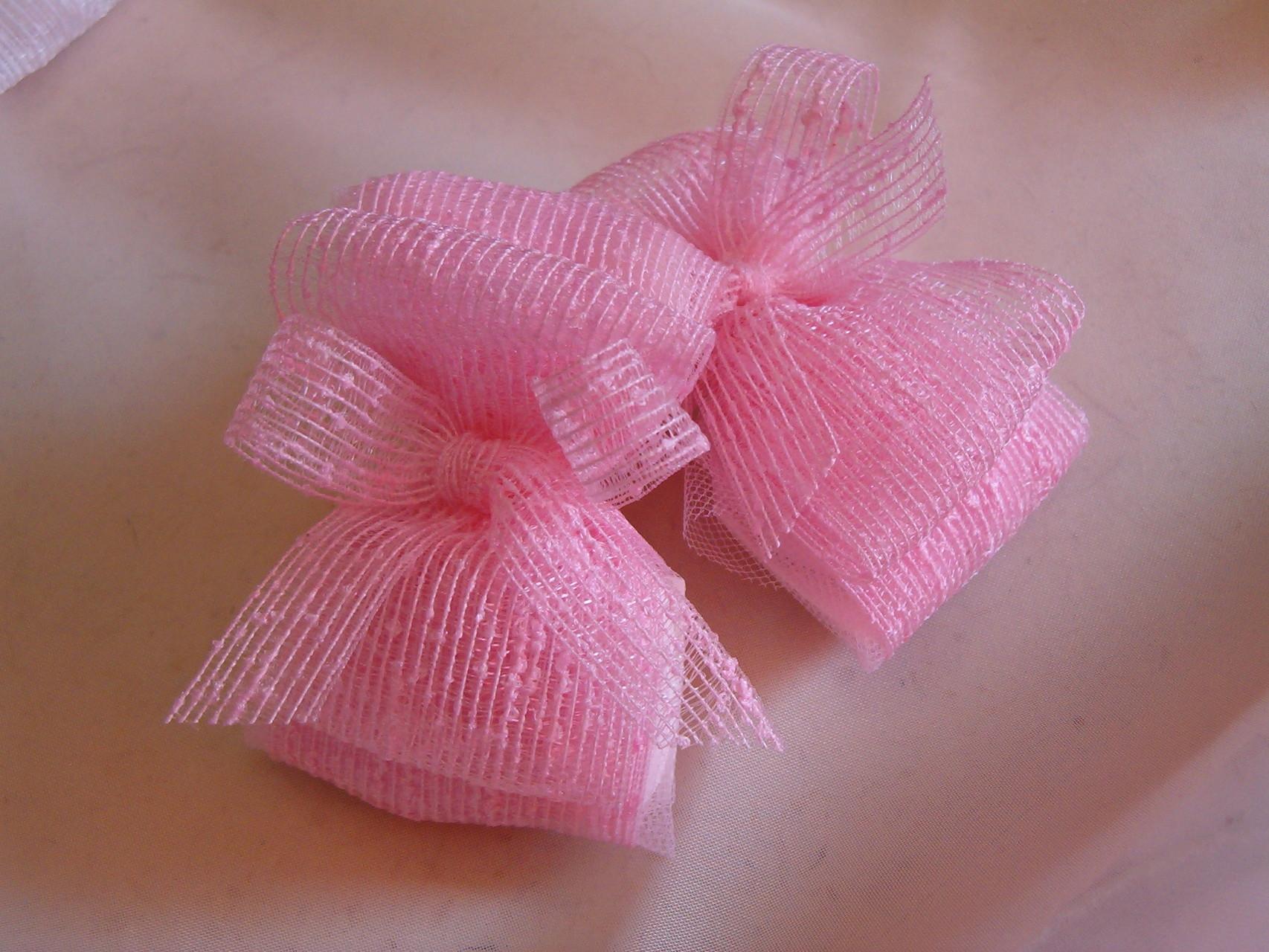 Semplici e graziosi questi nastri piegati a forma di doppio fiocco contengono i confetti