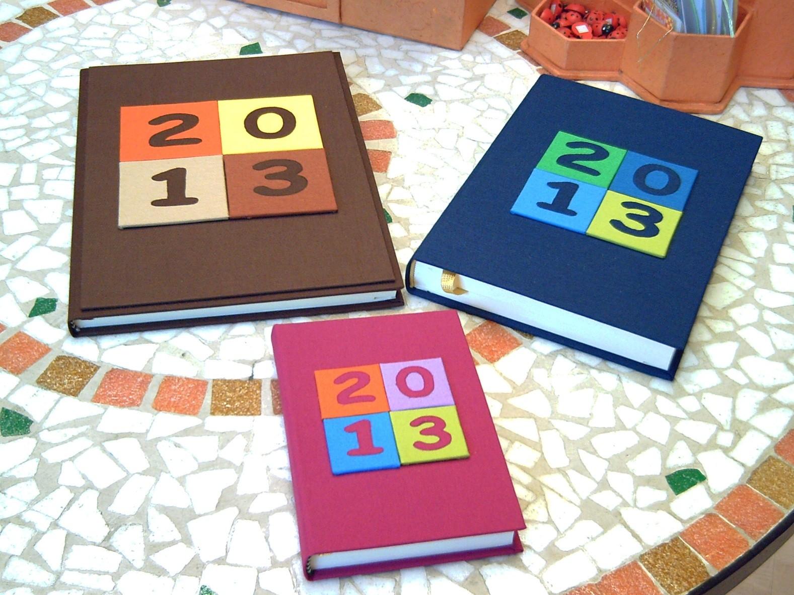 Agende in tela con riquadri multicolore e numeri applicati