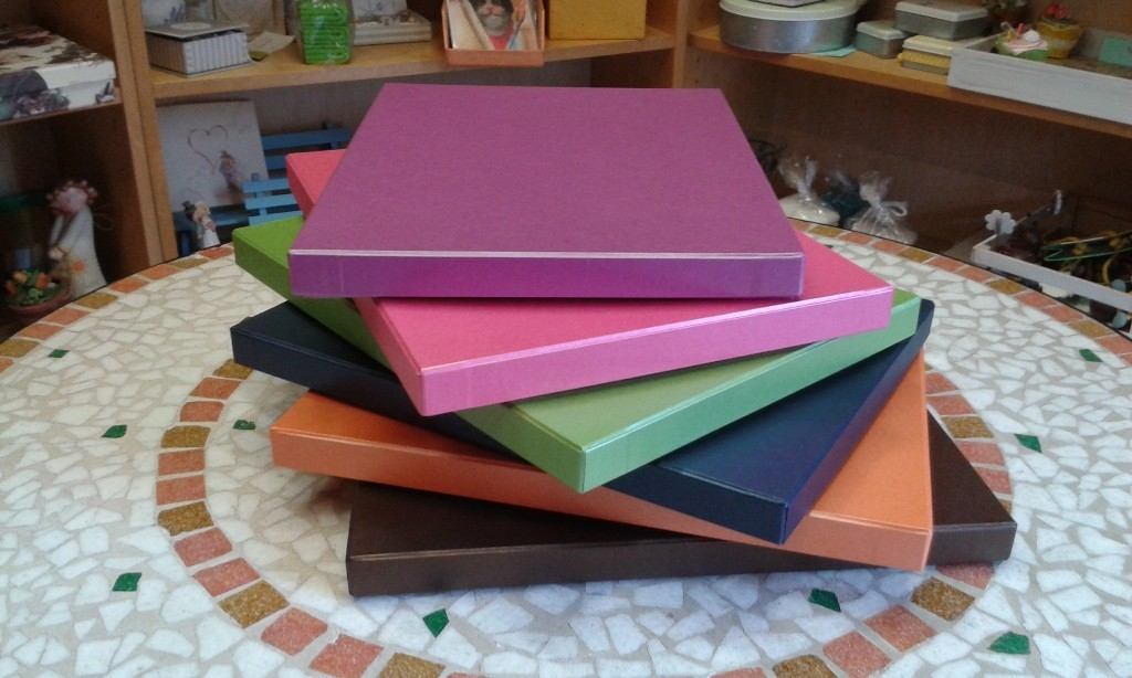 Serie di scatole multicolore in carta opalescente