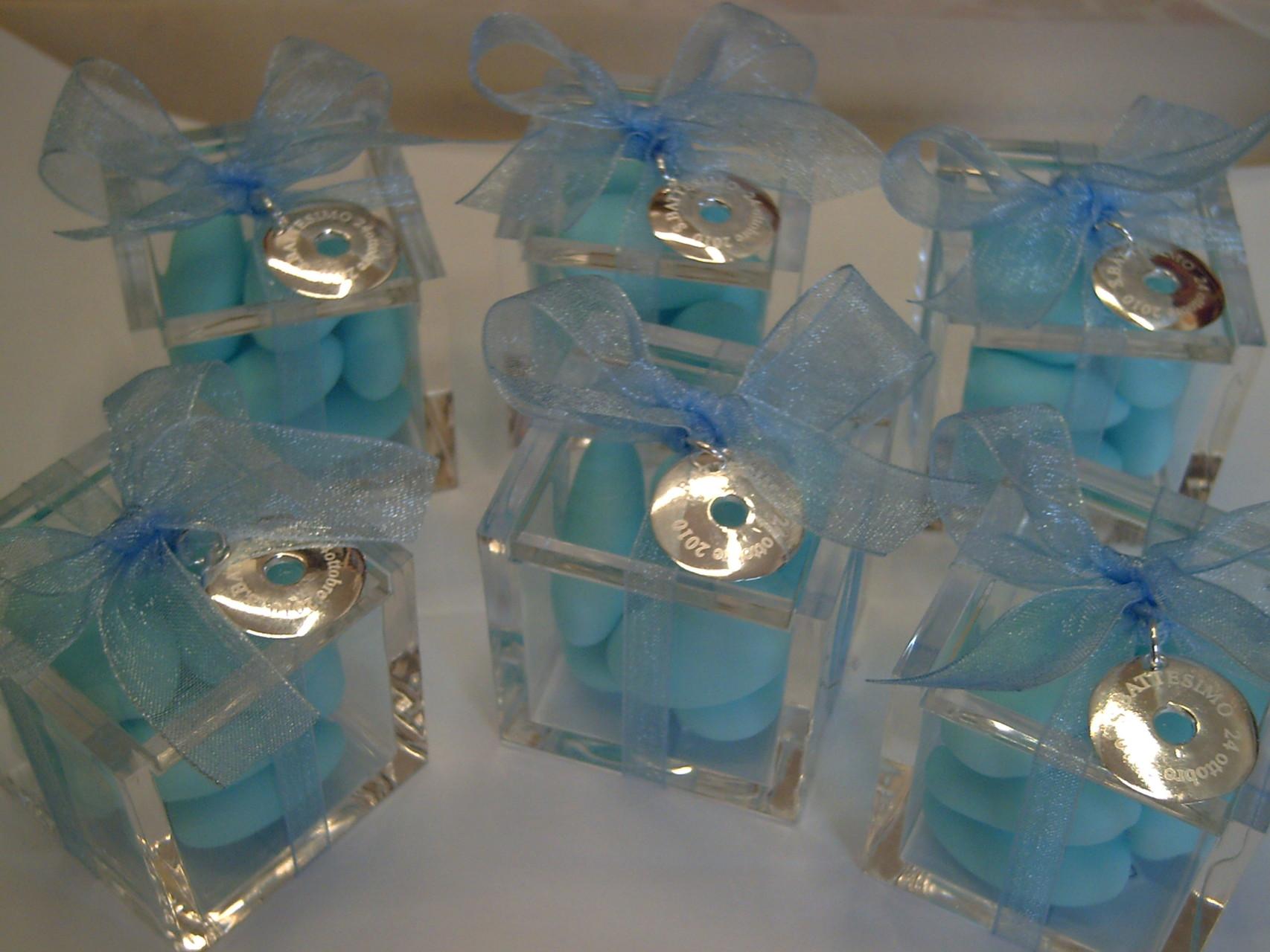 Cubetti in plexiglass cm. 5x5x5 con 7 confetti, chiusi con nastro di organza e ciondolo in argento portato dal cliente