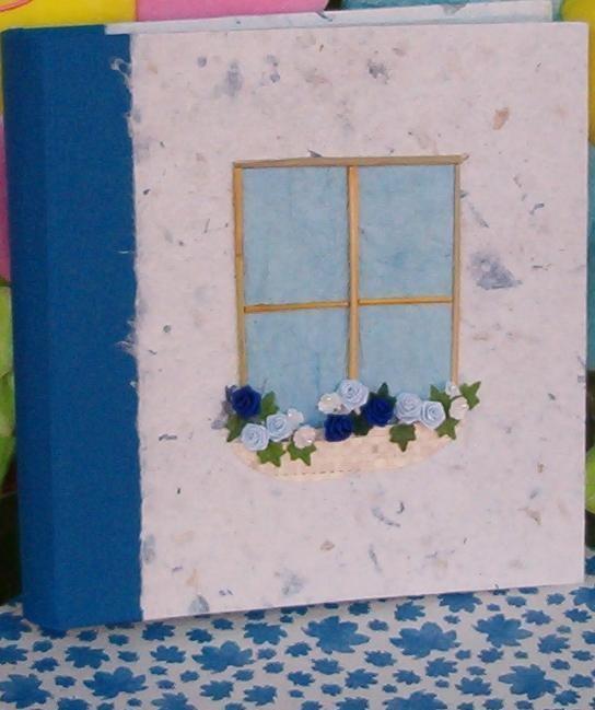 Una graziosa finestra a rilievo si affaccia sulla copertina dell'album