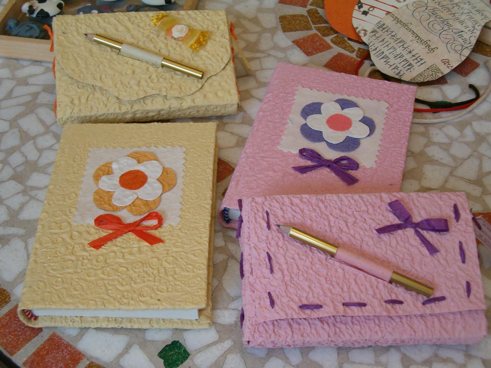 Piccoli diari in carta di cotone con custodiette abbinate