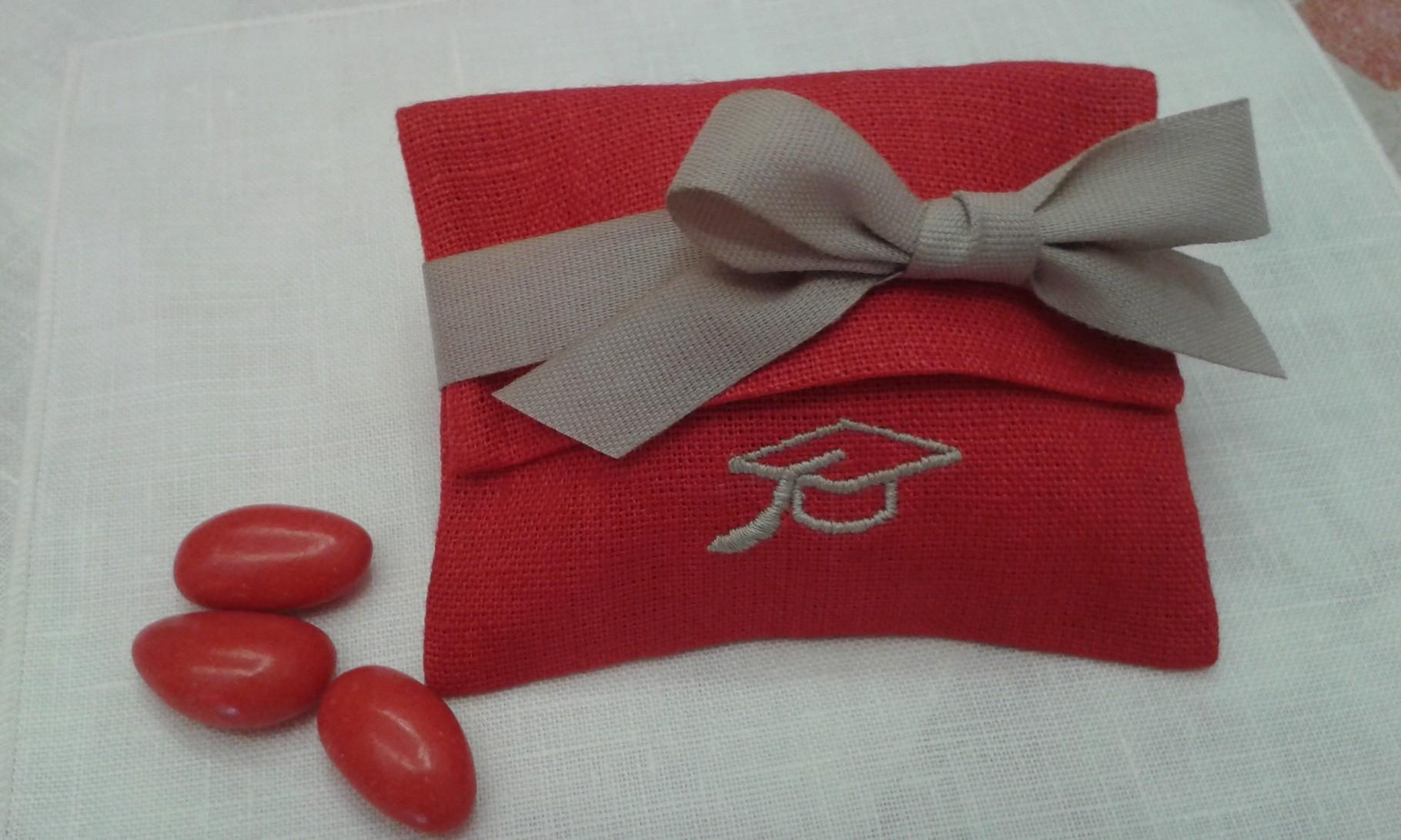 Busta in lino rosso con ricamo del tocco e fettuccia color tortora