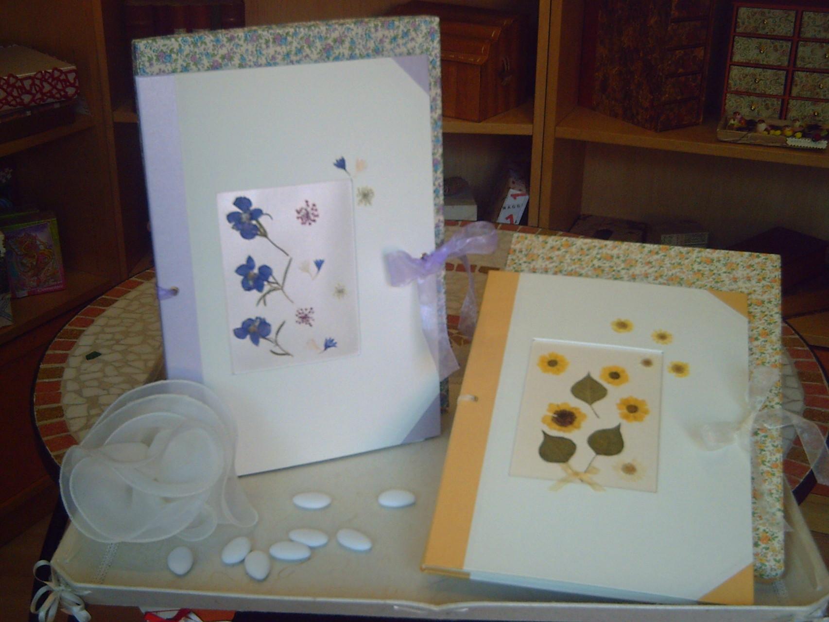 Libri firme con fiori pressati sulle copertina e chiusura con nastro d'organza