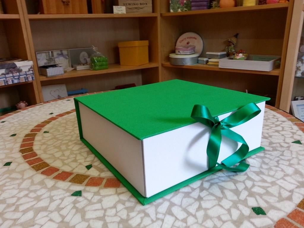 Scatola a libro in tutta tela bicolore con lato anteriore apribile
