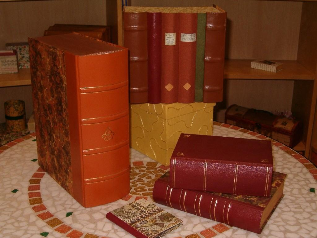 Sembrano proprio dei libri di un tempo queste scatole e cassettiere in pelle e carte marmorizzate