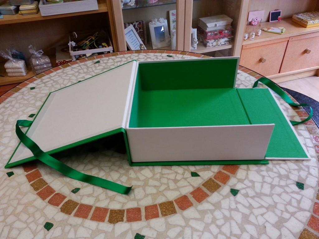 Dettaglio della scatola a libro aperta