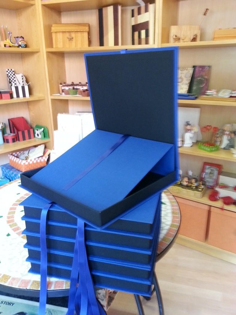 Scatole a libro in tela bicolore con base per esporre piatto