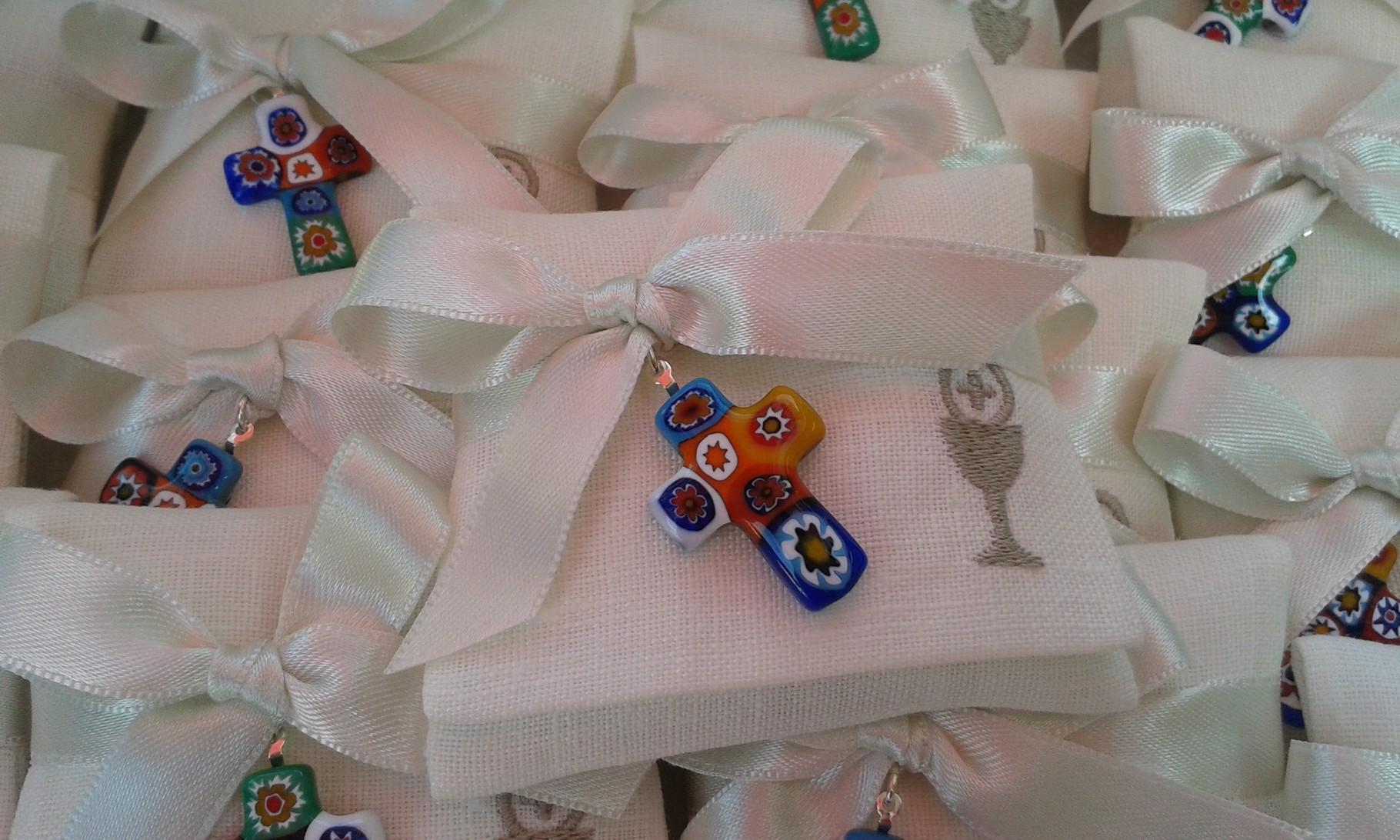 Bustine in lino con ricamo del simbolo della Comunione e piccola croce murrina (oggetto del cliente)