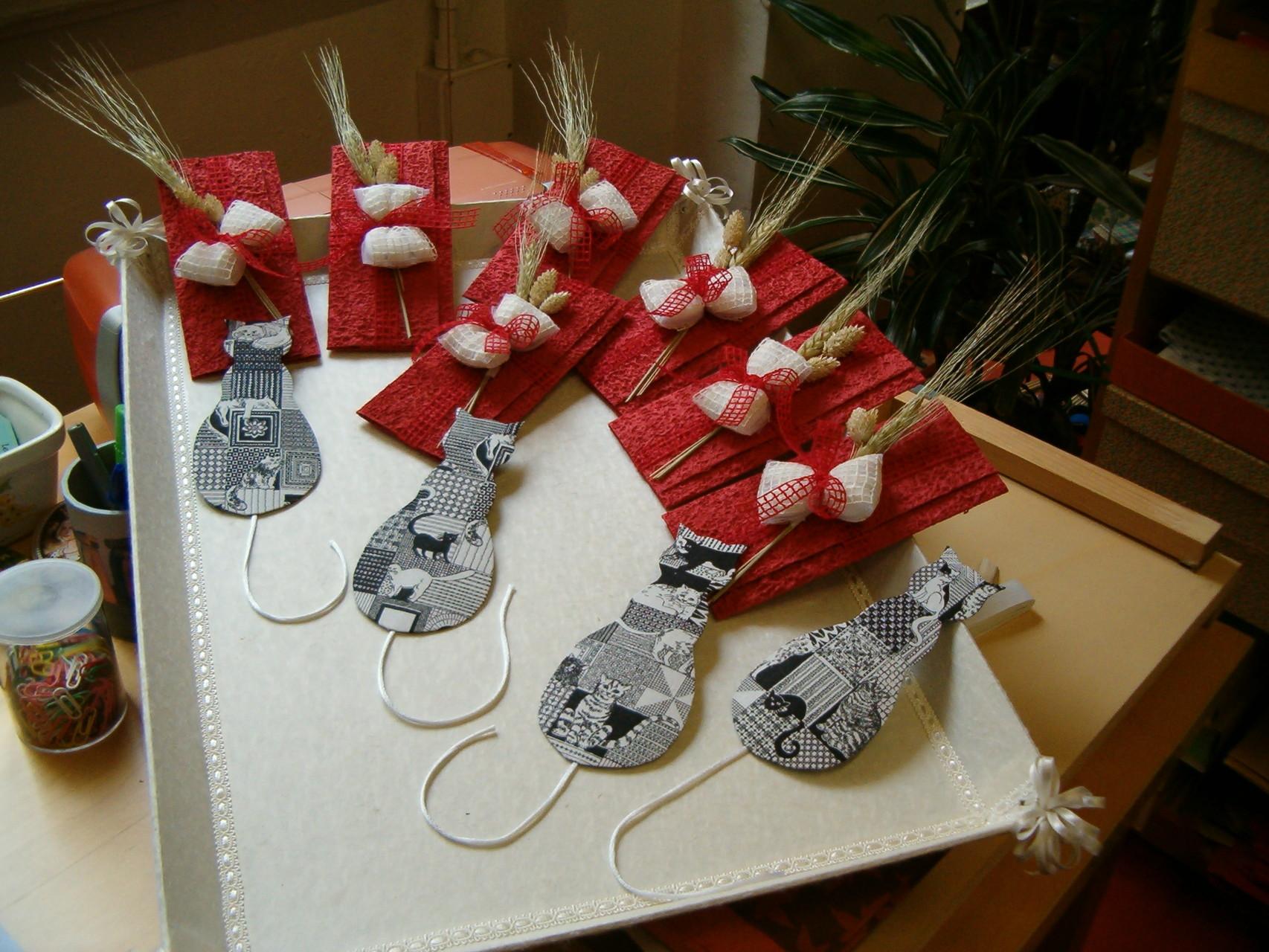 Segnalibro gatto rivestito in stoffa, confezionato in custodie di carta di cotone con i confetti legati all'esterno