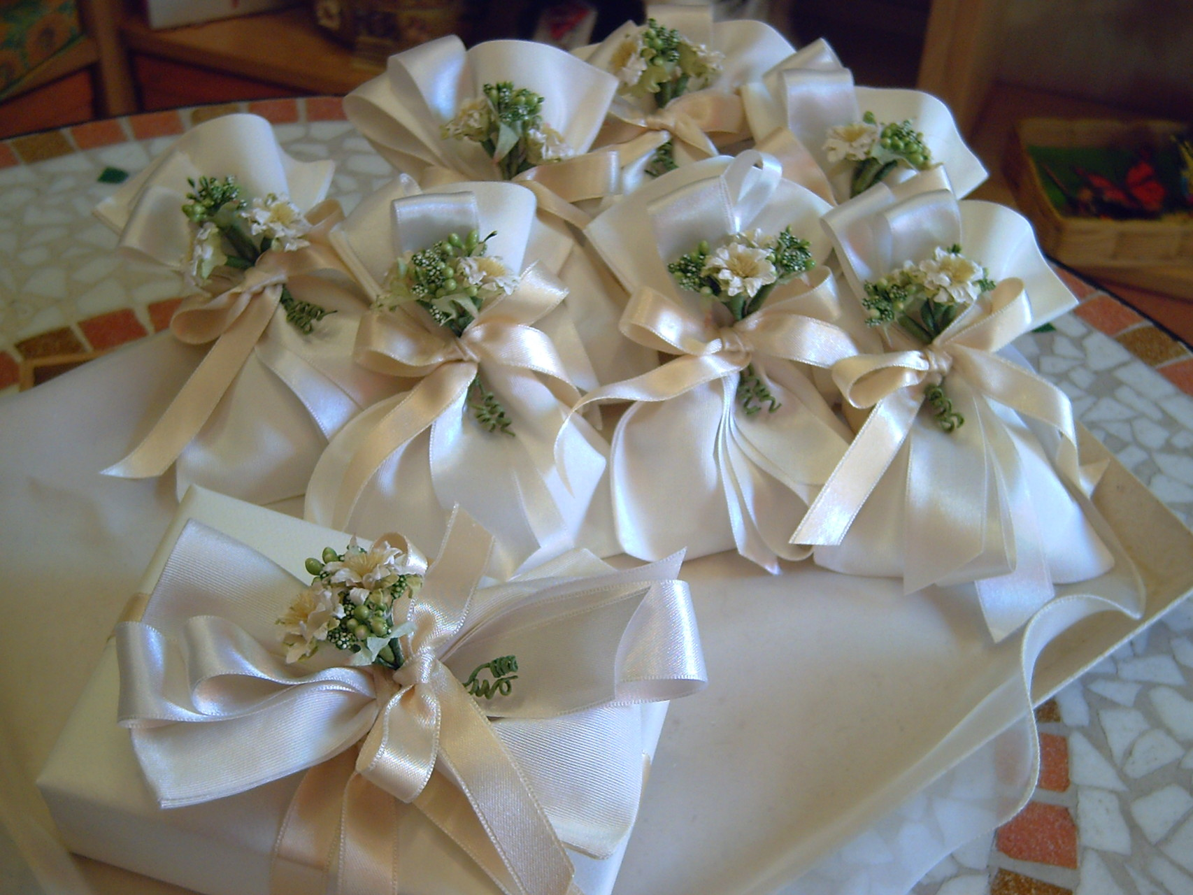 Sacchettini in tessuto con bouquet e scatola confezionata