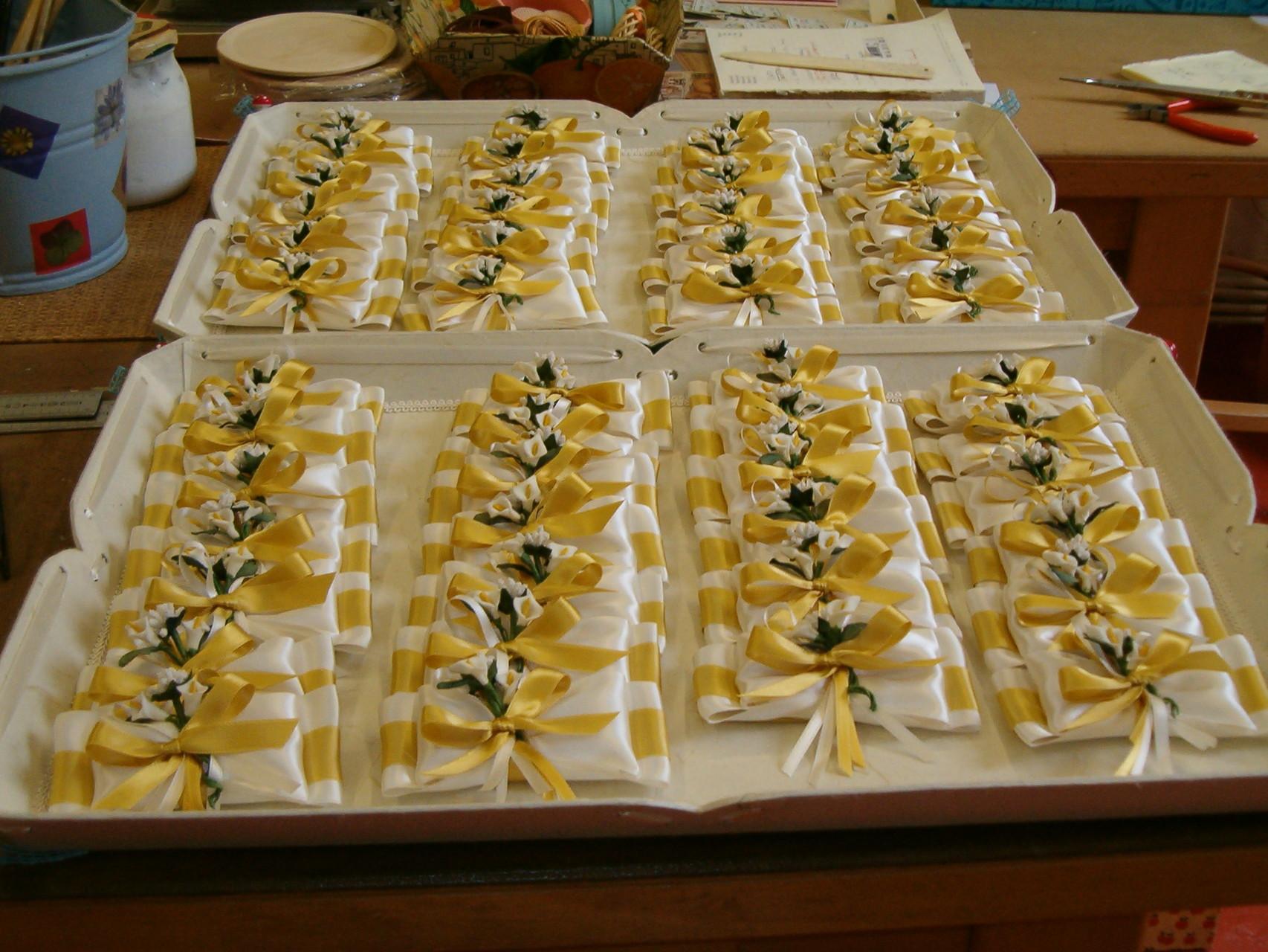 Una serie di doppi fiocchi bicolore in raso con piccolo bouquet