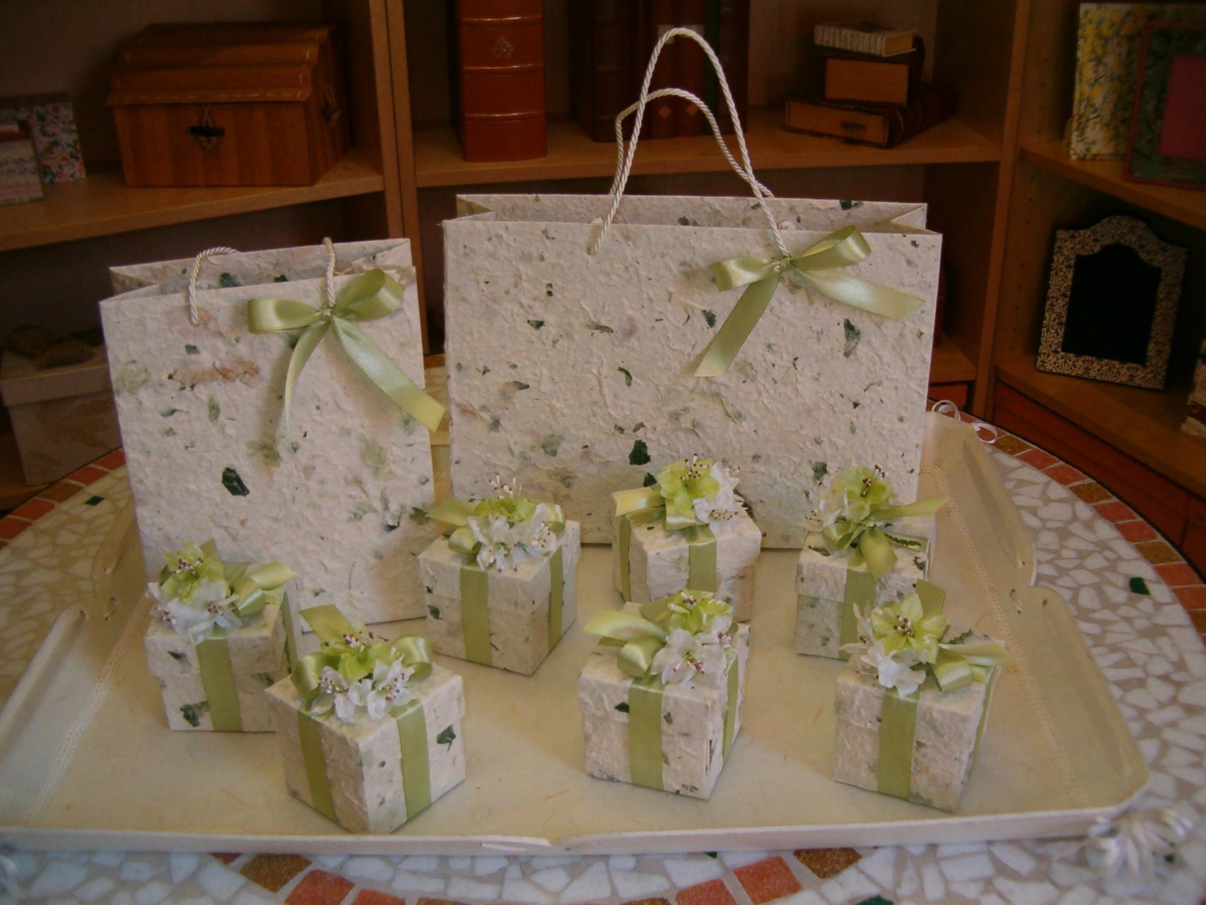 La carta di gelso è la protagonista di queste realizzazioni: scatoline bomboniera e sacchetti coordinati realizzati a mano