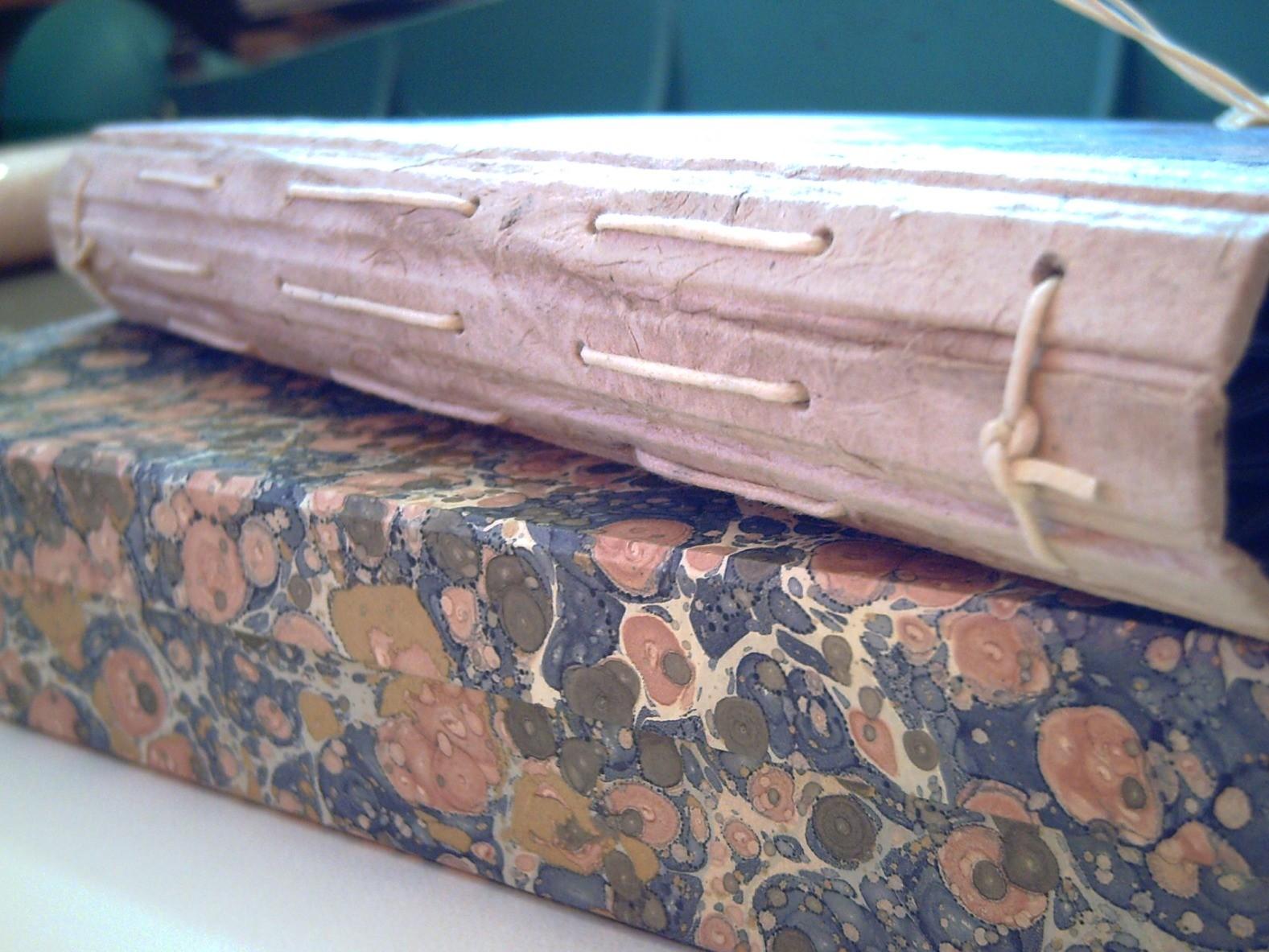 Dettaglio del dorso con il cordino resinato che lega i fascicoli