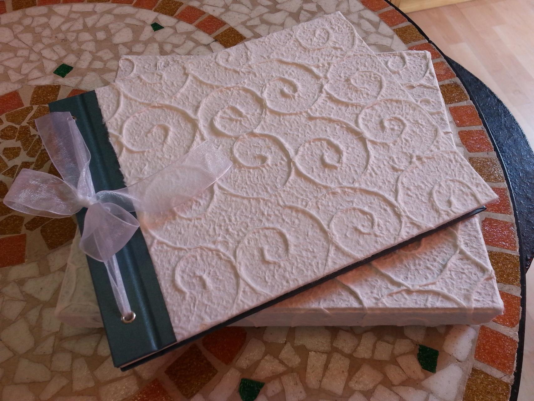 Un elegante quaderno raccoglie i pensieri degli invitati alla festa