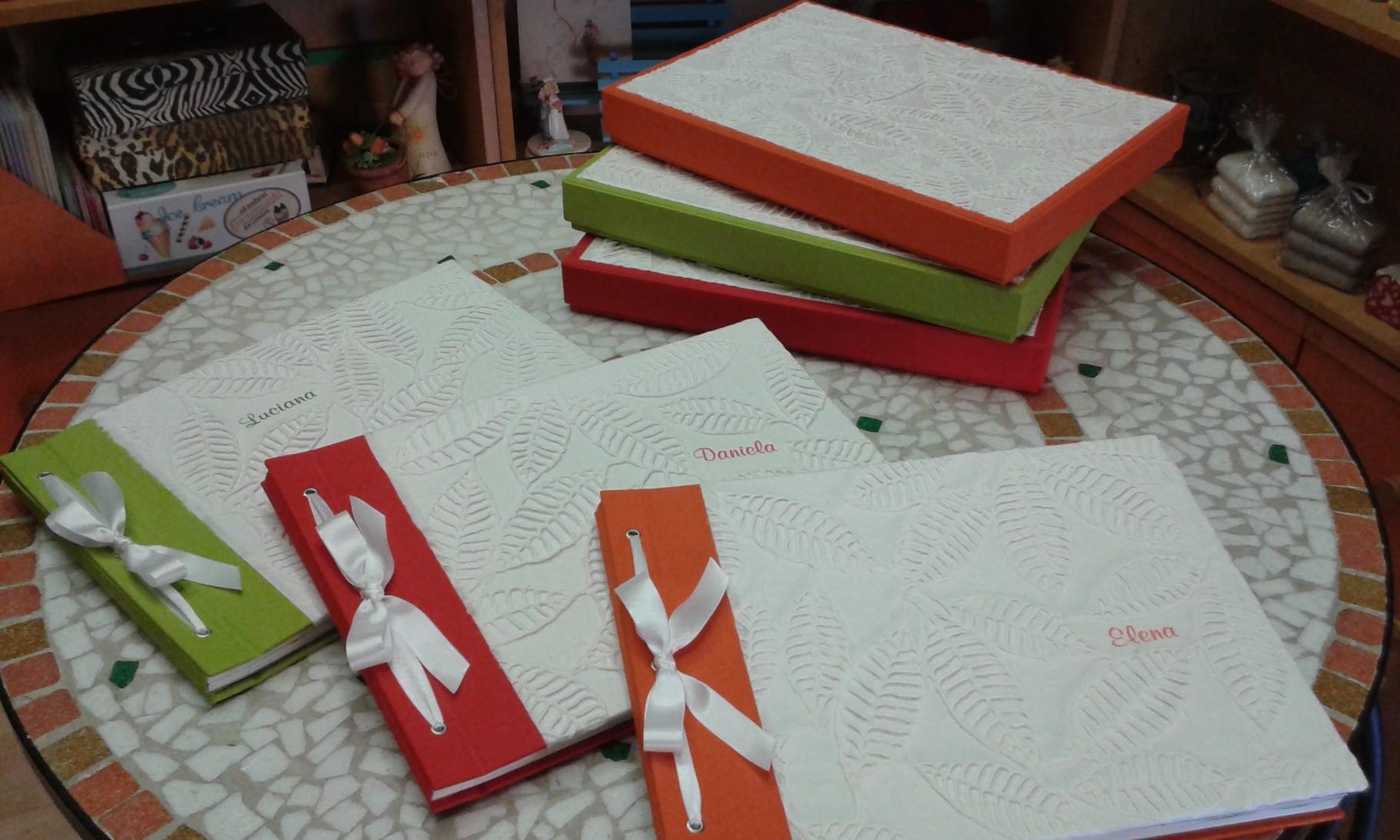 Album cordonati in tela e carta di cotone con motivo a rilievo e scatola coordinata