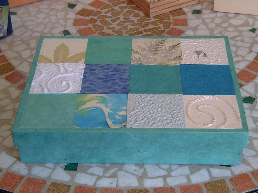 Scatola con coperchio a mosaico, realizzato accostando quadrati di carte orientali, di cotone, di gelso, batik e ricamate