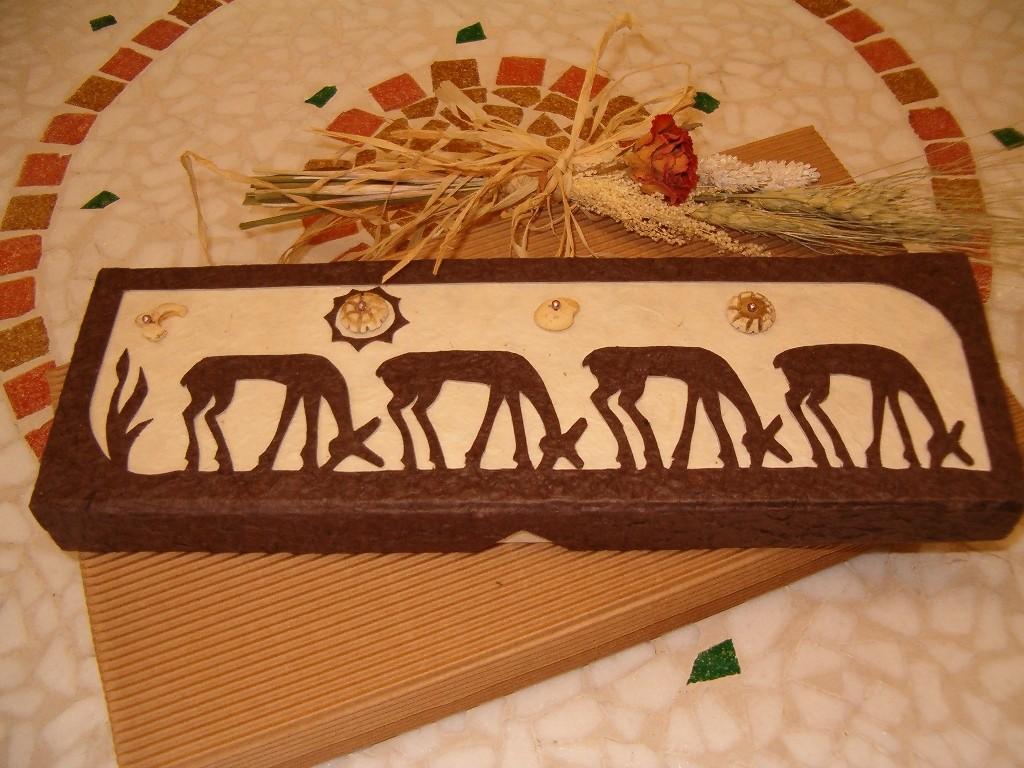 Il disegno etnico a rilievo che decora il coperchio di questa scatola porta incensi è realizzato interamente a mano