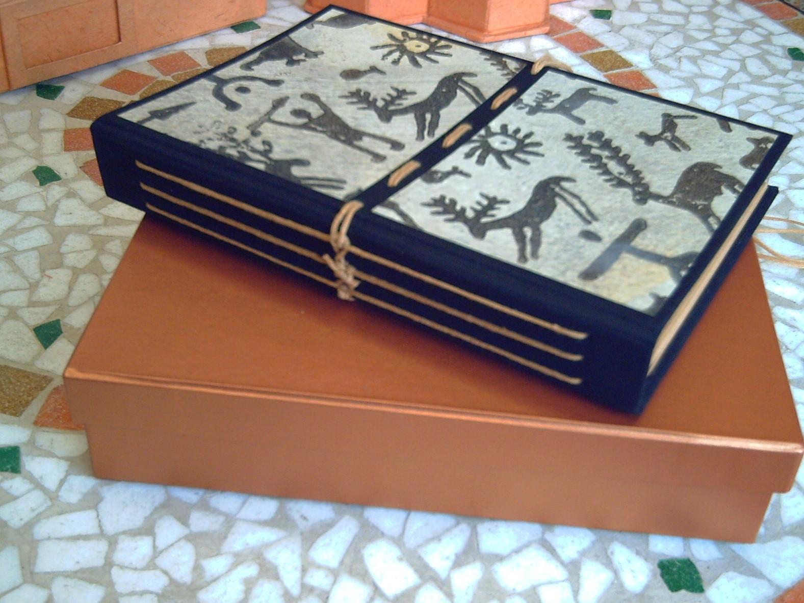Quaderno in carta riciclata con cucitura a vista sul dorso e copertina in tela e carta stampata a mano