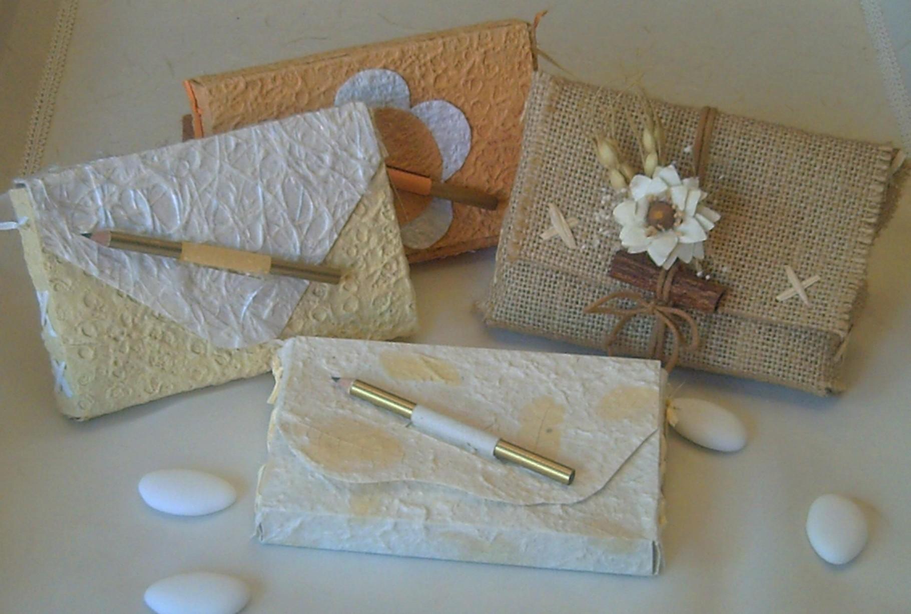 Originali pochette in carte orientali e in juta chiuse con una matitina o con cordini resinati e bouquet naturali