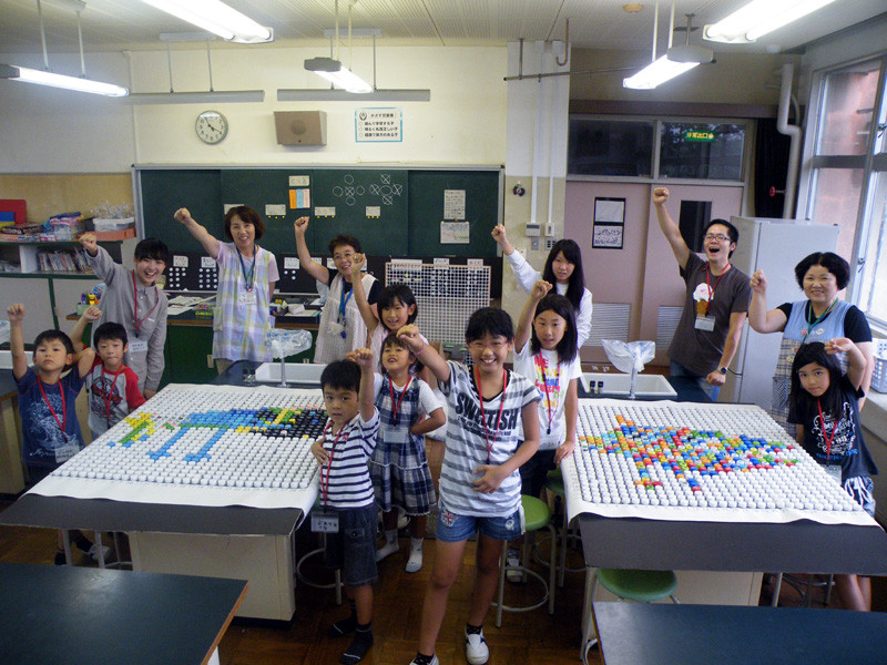 9.こちらも完成作品の前でガッツポーズの玉里北小学校の子どもたち!