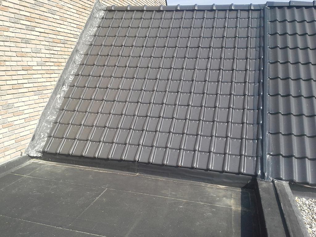 Aansluiting van een plat en hellend dak.