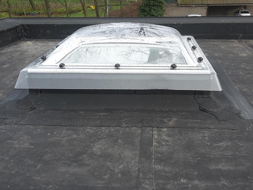 Plat dak met Velux-koepel - Ingedicht met Resitrix.