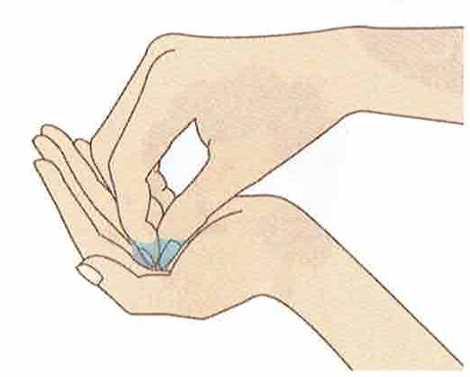 ハンドローションの効果的な使い方は、手洗いの後は、肌が湿っている間に早めにつけることです。