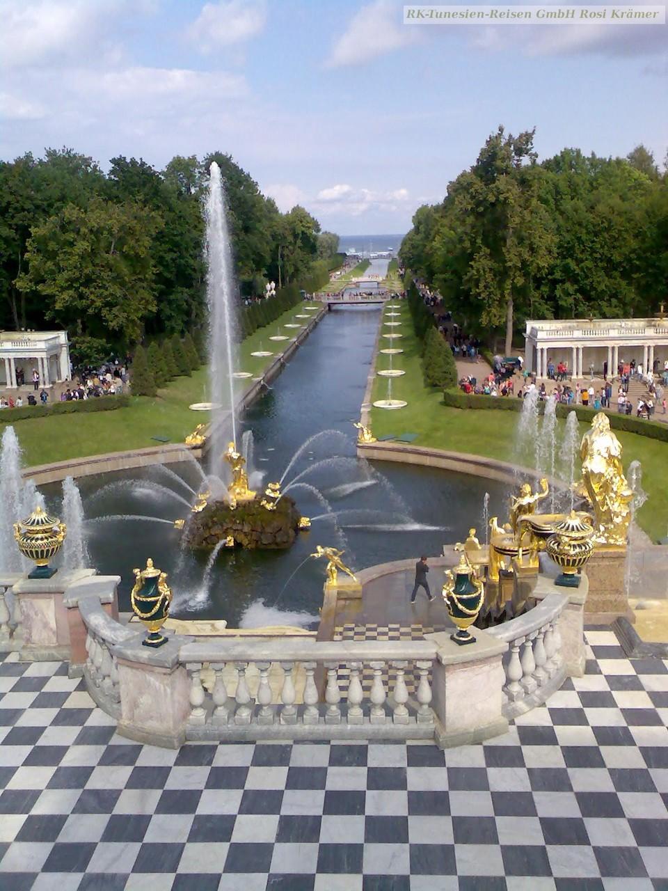 Parkanlage vonSchloss Peterhof mit Blick auf die Ostsee