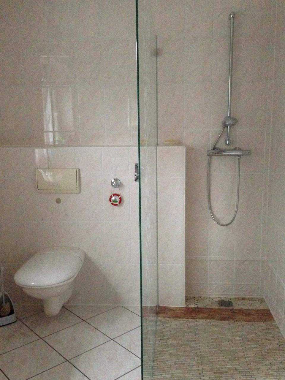 Das moderne Badezimmer mit Dusche und WC wird sie begeistern.